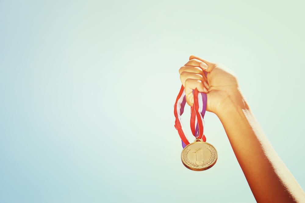 金メダルをつかむ手
