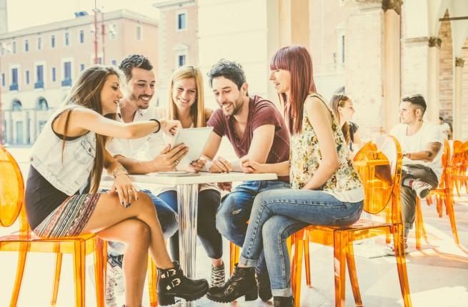 オープンテラスで会話する男女のグループ