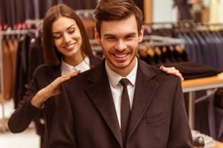スーツをオーダーするビジネスマン