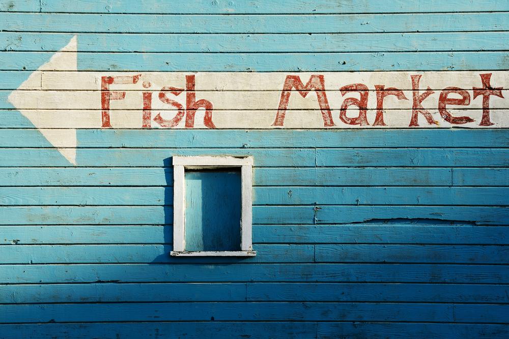 壁にFish Marketのロゴ