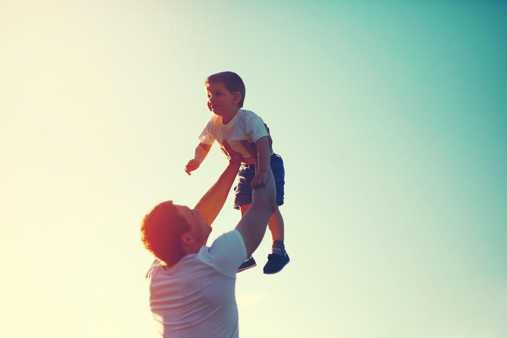 子どもを抱き上げる男性