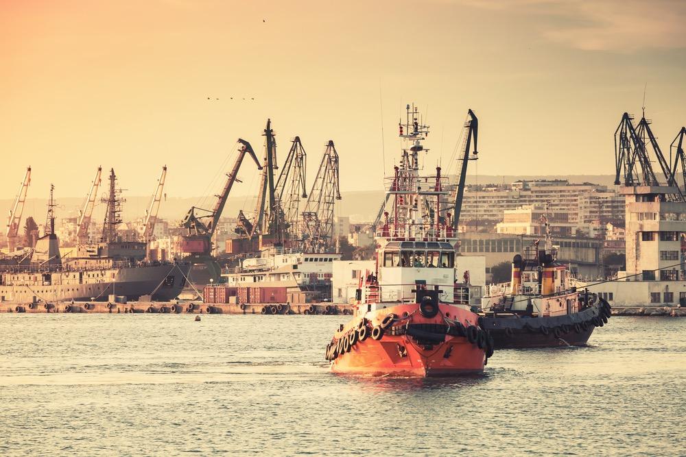 工業地帯の港を進む船