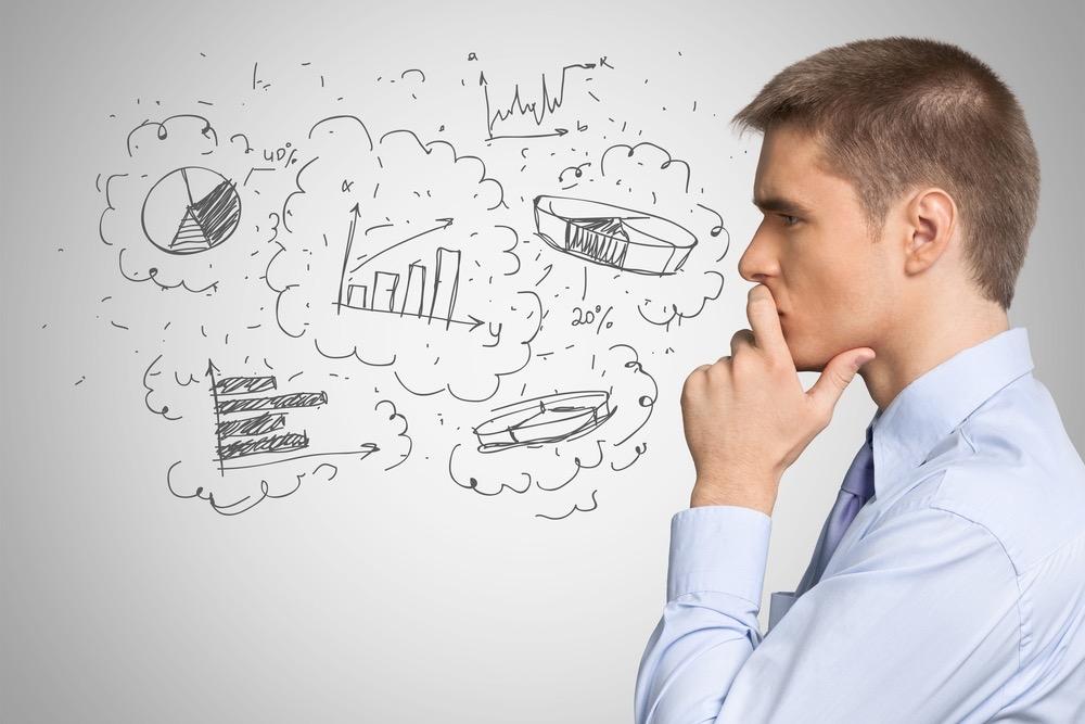 売上や業績などのデータを考える男性