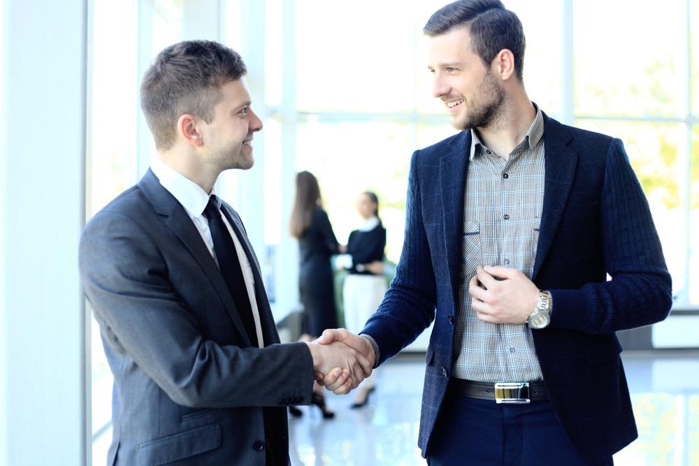 握手を交わす男性二人
