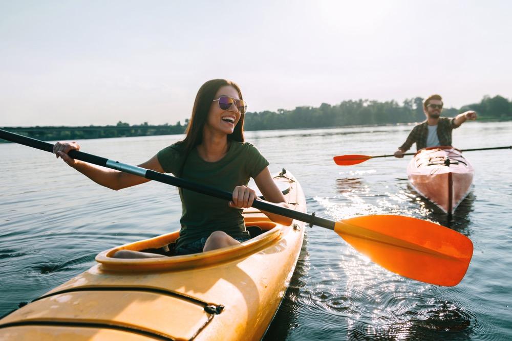 カヌーに乗る笑顔の女性
