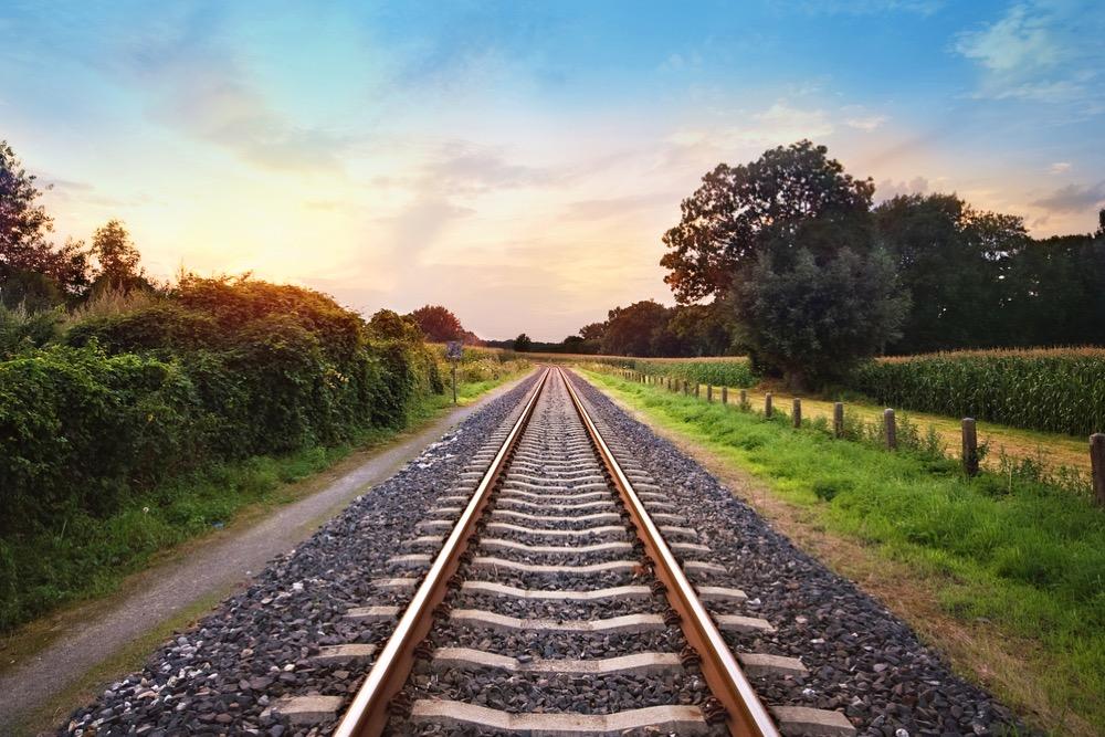 大自然の中に敷かれた線路