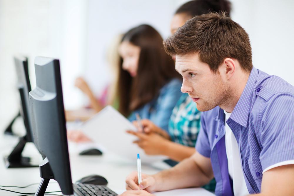 インターネット上で試験を受ける学生