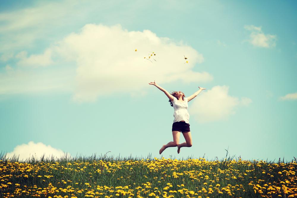 青空の下ジャンプする女性