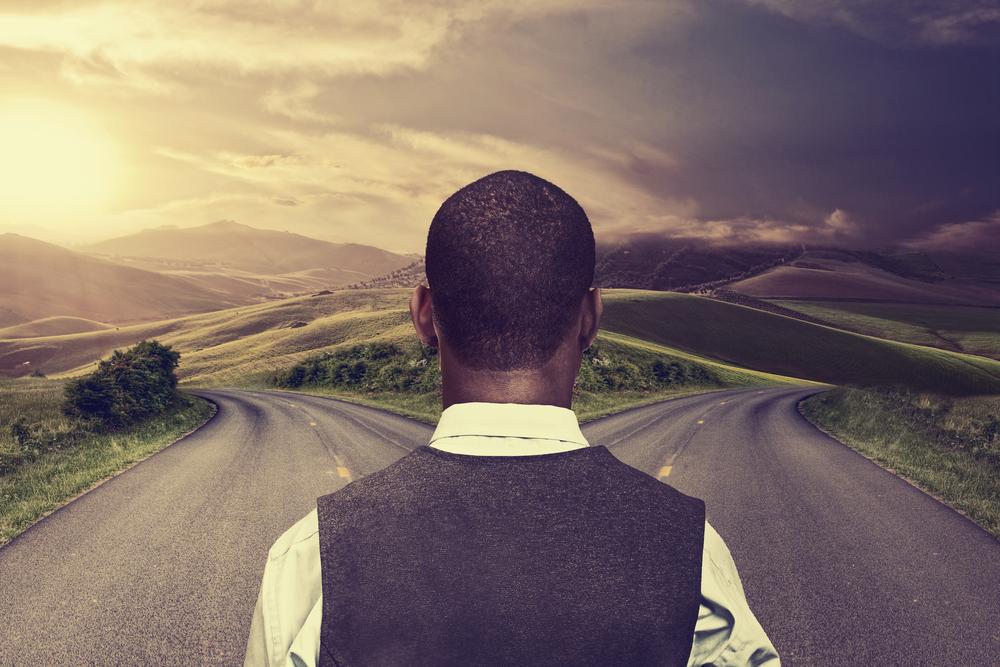 現在地点からどちらに進むべきか考える男性