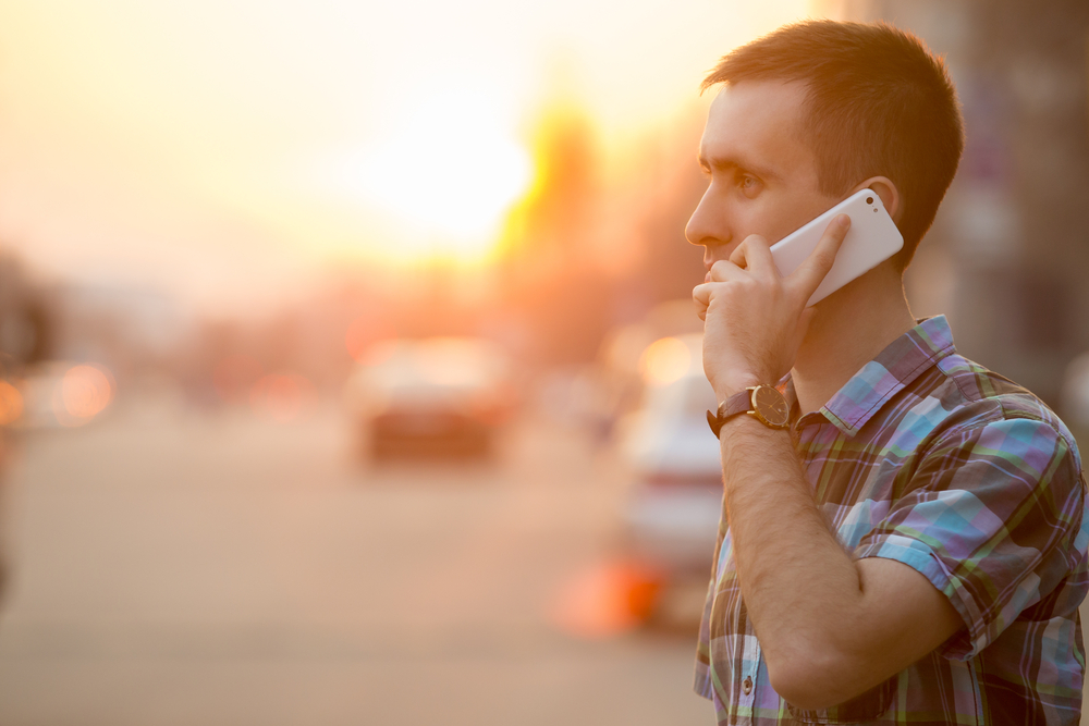 真剣な表情で電話をする男性