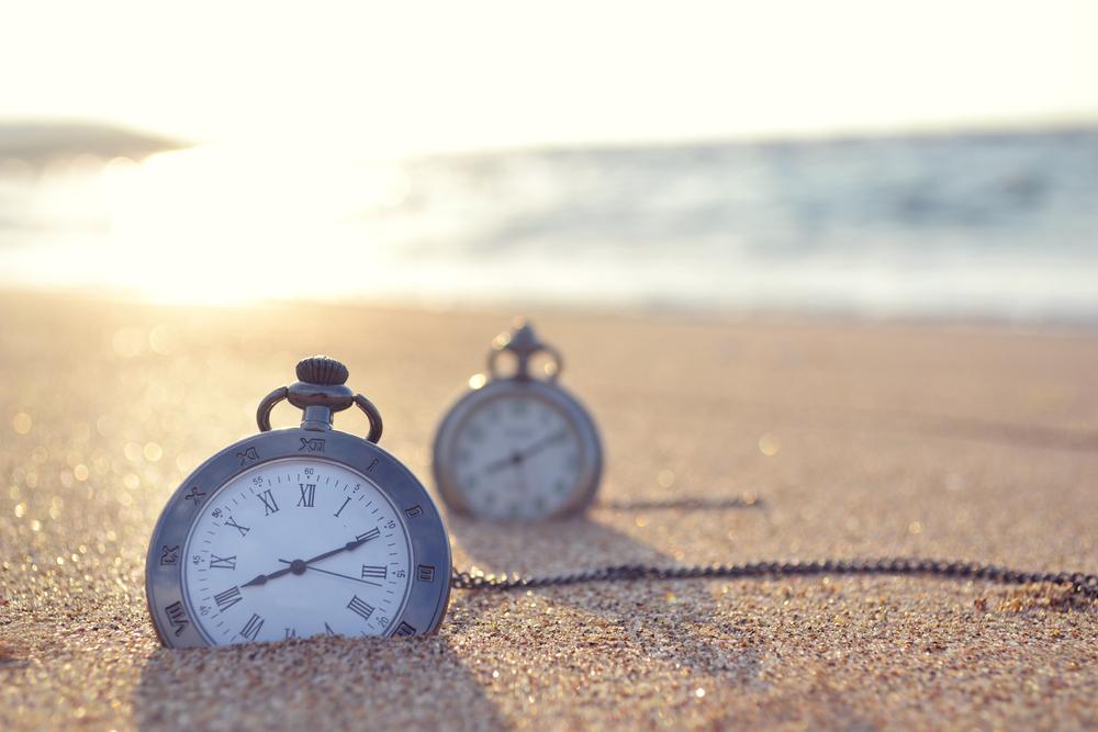 砂浜に埋もれた懐中時計