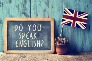 「DO YOU SPEAK ENGLISH ?」と書かれた黒板