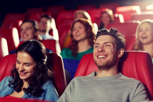 ショーを観劇して笑う人々