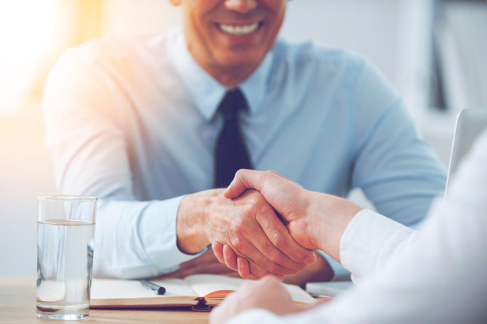 笑顔で握手を交わすビジネスマン