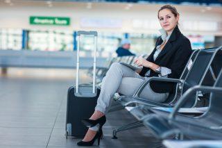 空港の椅子に座る女性