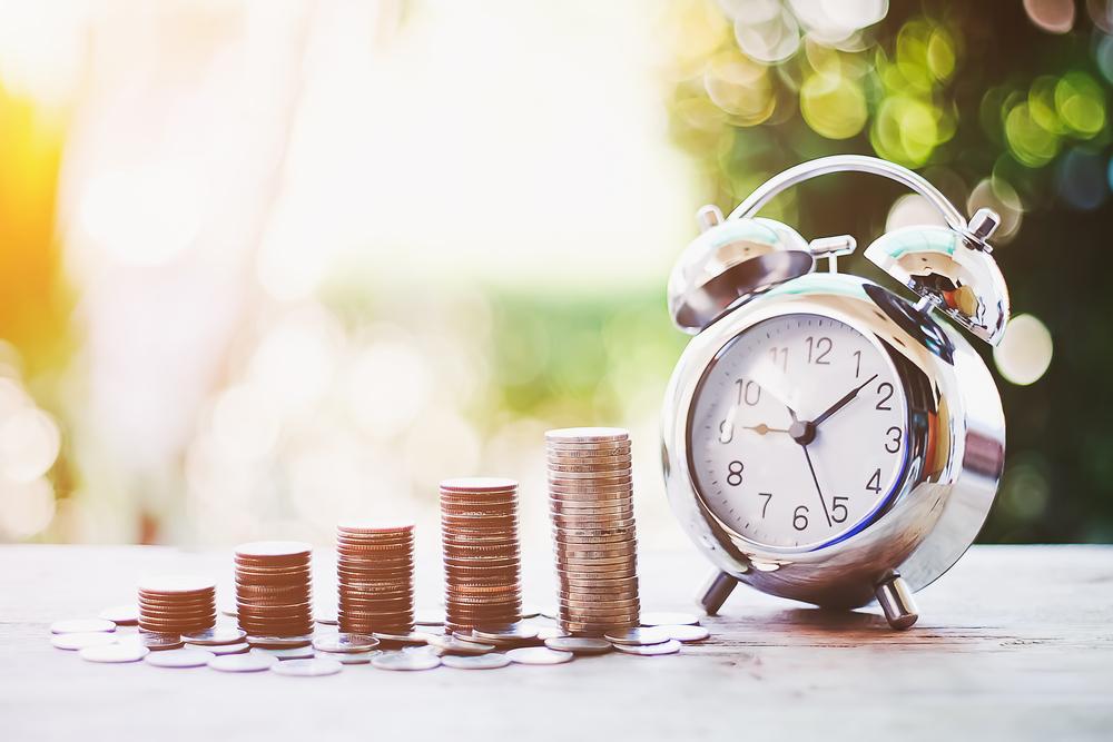 時計と重ねた硬貨