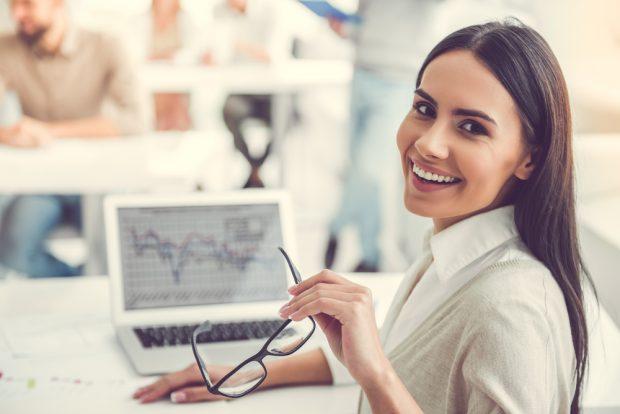 メガネを外して振り返る、仕事中の女性
