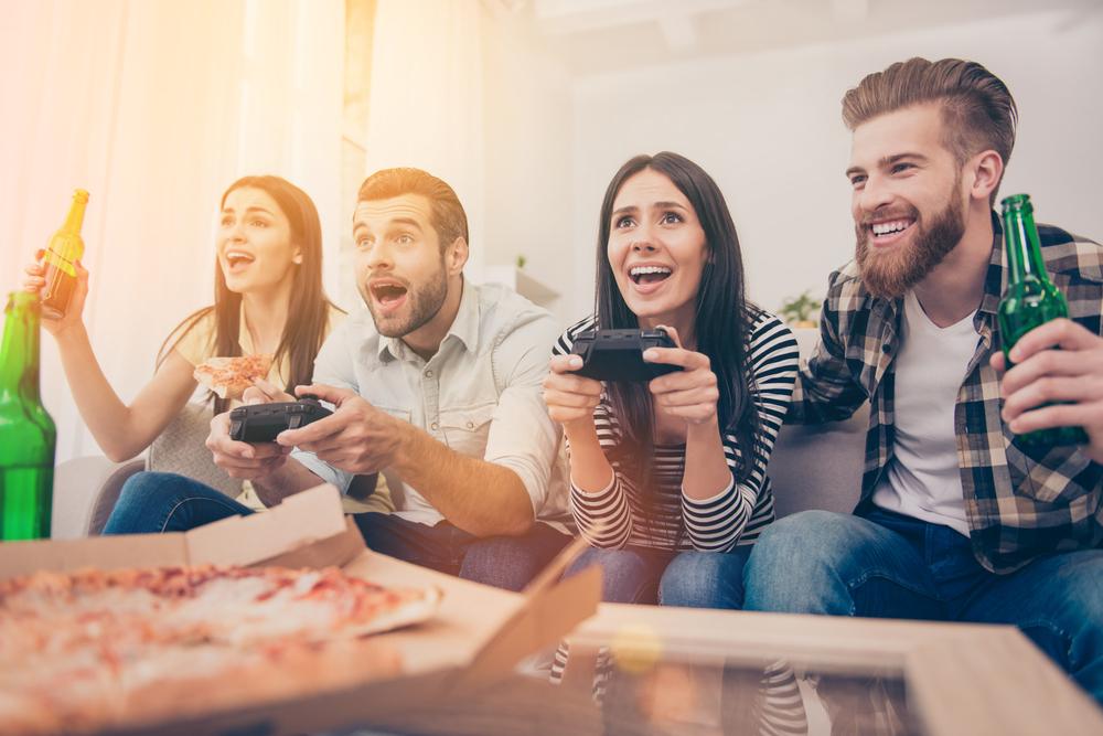 盛り上がっているゲーム中の男女のグループ