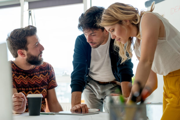 ベンチャー企業で働く若い社員たち