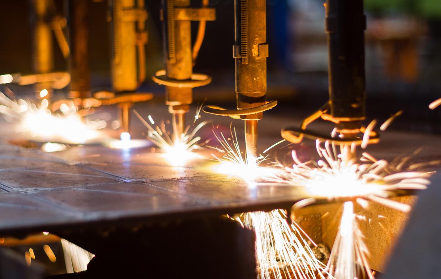 火花が飛び散る金属加工工場