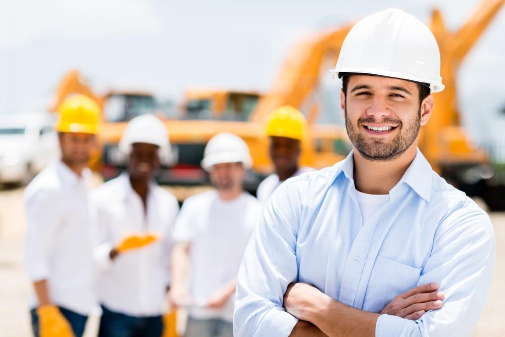 施工管理として工事に携わるビジネスマン
