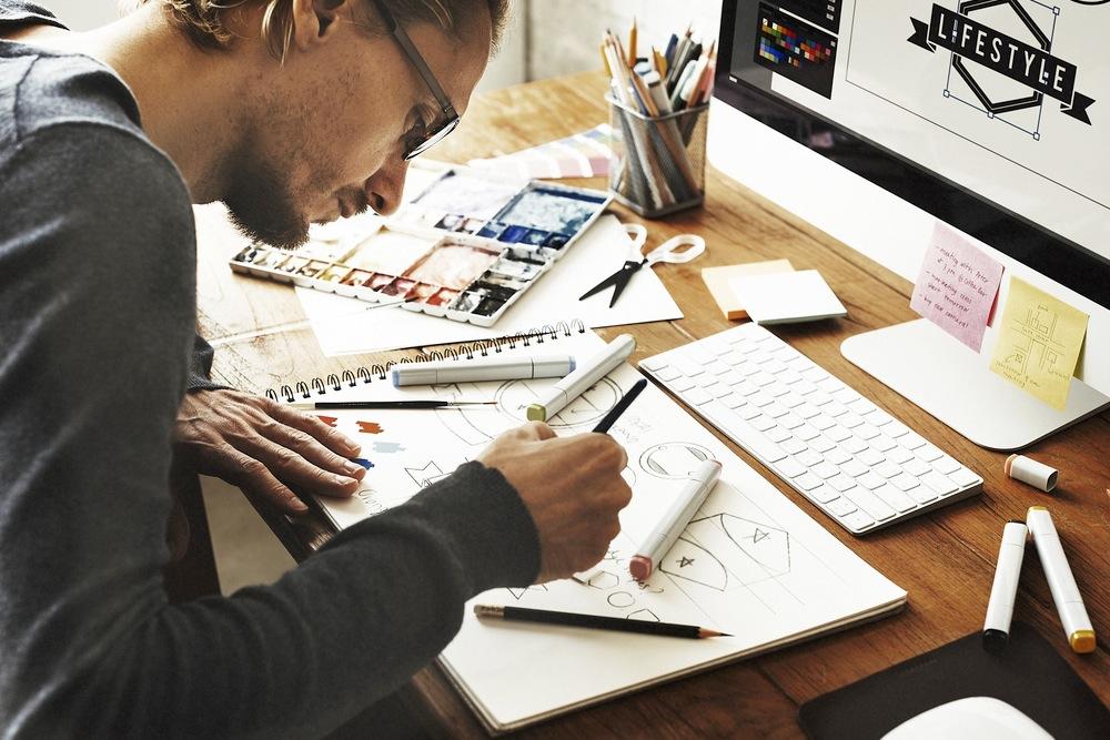 ラフ画を描くデザイナー
