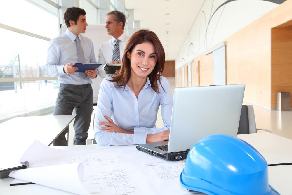 笑顔でこっちを見る建築士の女性
