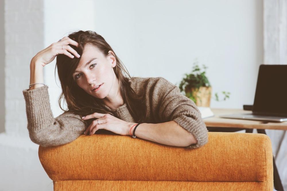 ソファーに座り何かを考えている女性
