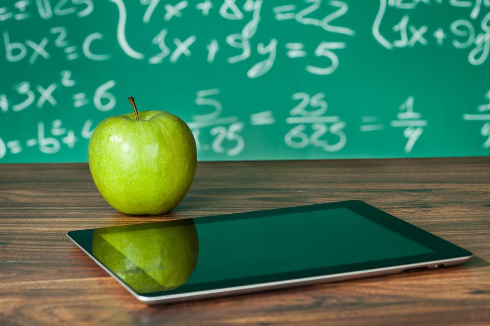 青リンゴとタブレット端末