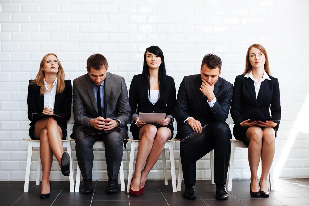 面接を座って待つスーツを着た人々