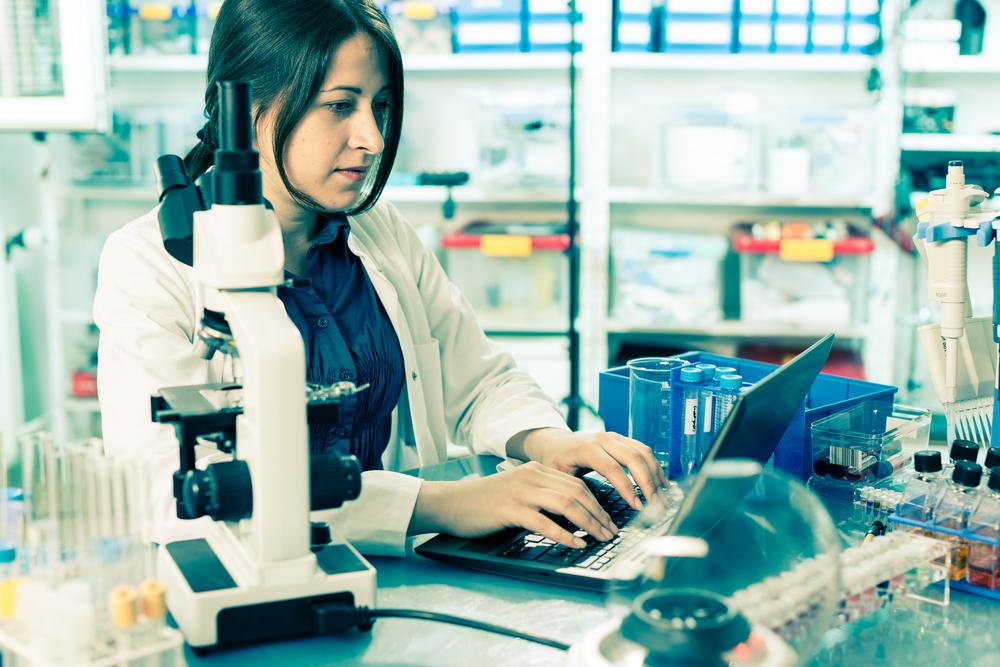 研究室で仕事をする女性