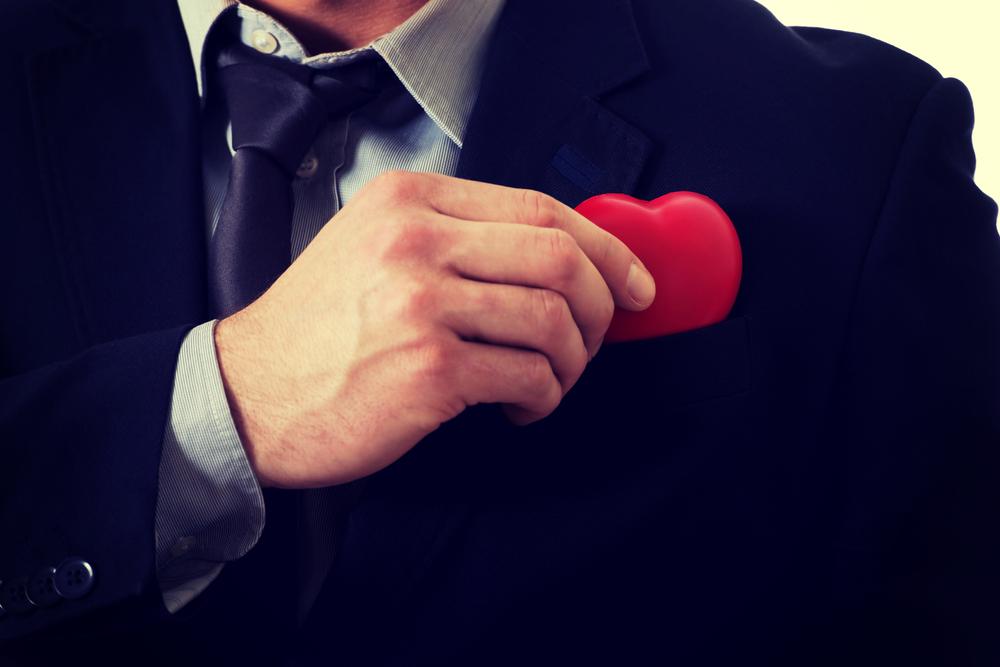 スーツの胸ポケットにハートをしまう男性