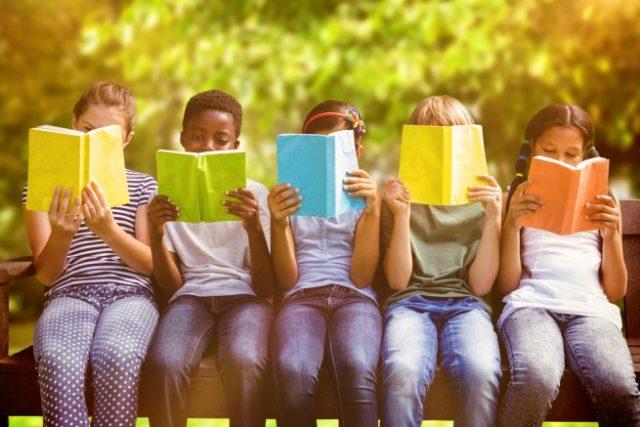 並んで本を読む、様々な人種の子ども達
