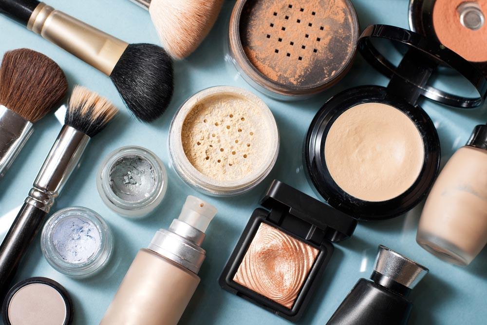 整然と並んだ化粧道具