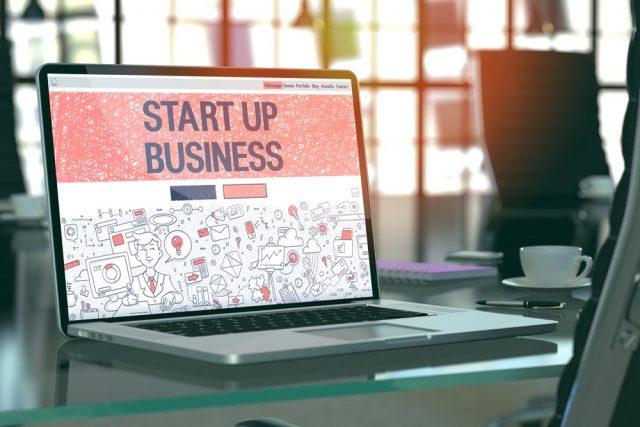 「START UP BUSINESS(スタートアップ ビジネス)」と表示されたノートパソコン