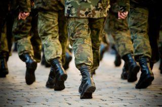 行進する自衛隊員の足元