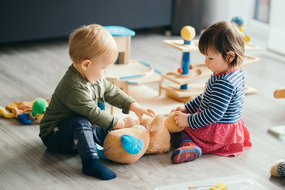 おもちゃで遊ぶ赤ちゃんたち