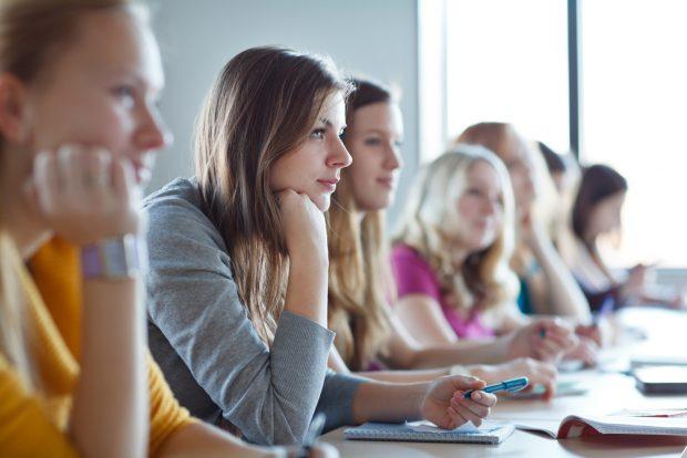 真剣な表情で講義を聞く学生たち