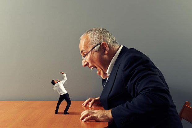 上司に叱責される男性