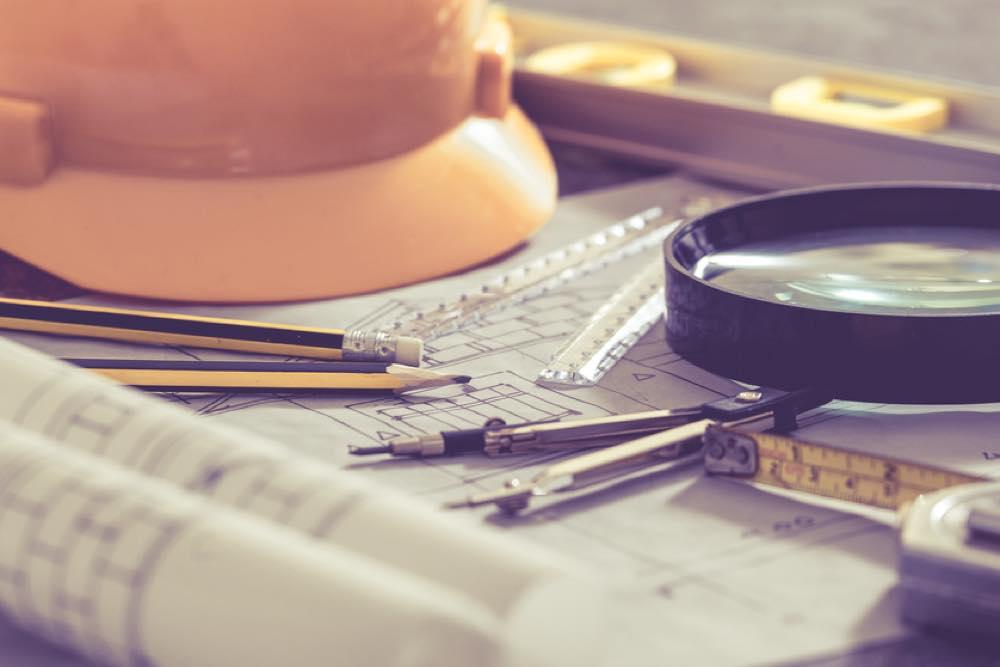 安全帽と設計図と文房具