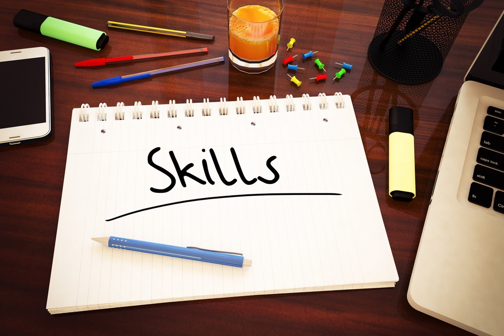 「Skills」と書かれたメモ帳と筆記用具など