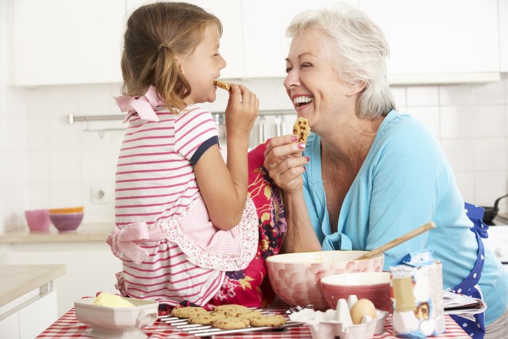 楽しそうにお菓子作りをするおばあちゃんと孫