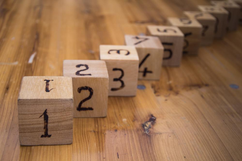 数字の書かれた木のキューブ