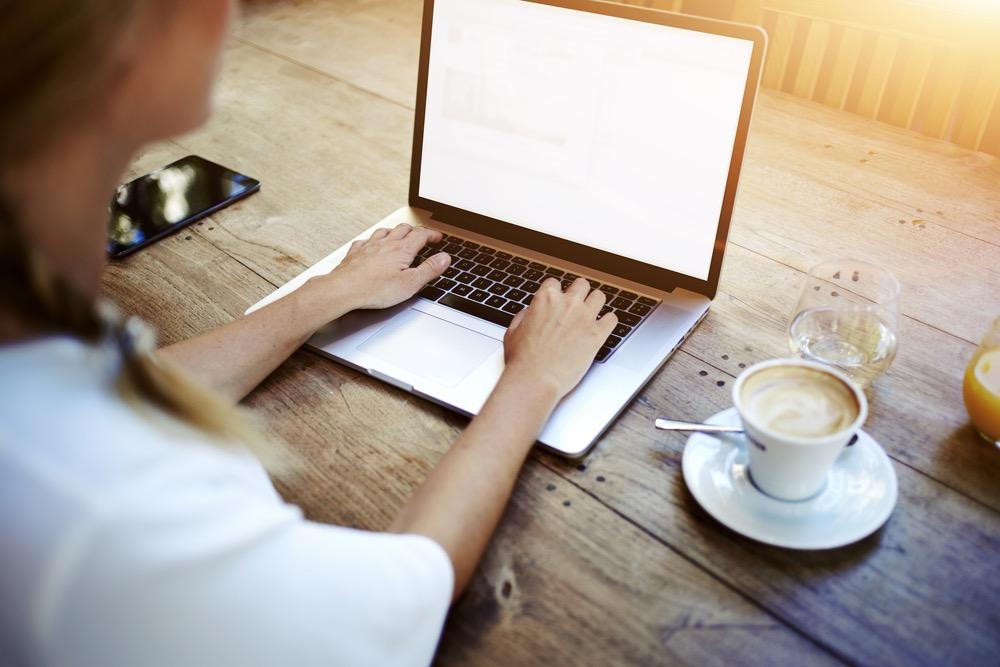ノートパソコンで情報収集する女性