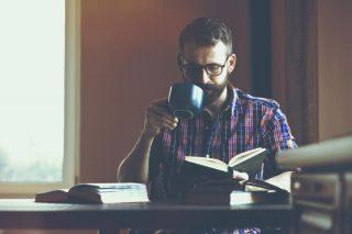 本を読む黒縁眼鏡をかけた男性