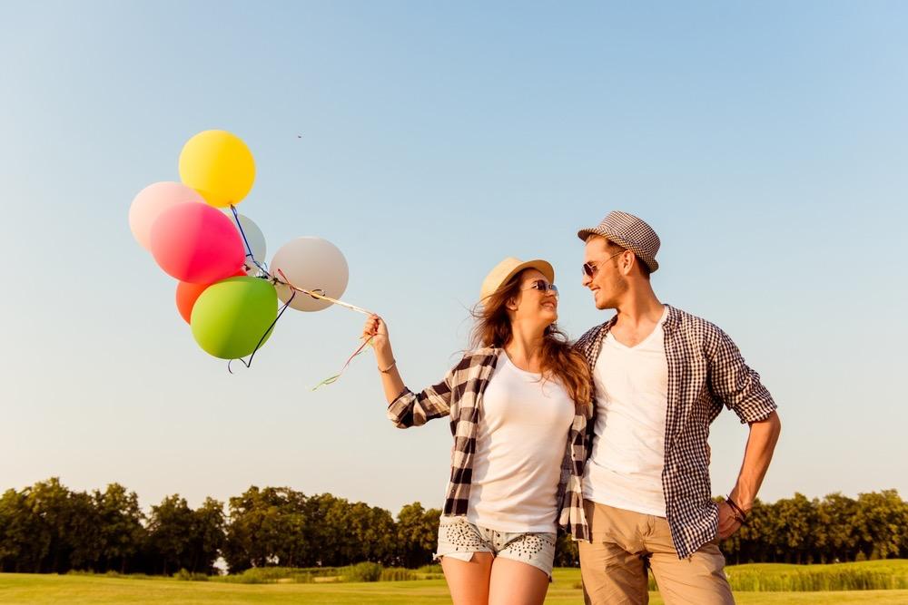 カラフルな風船を持つカップル