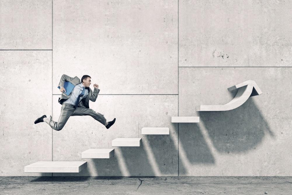階段を勢いよく登る男性