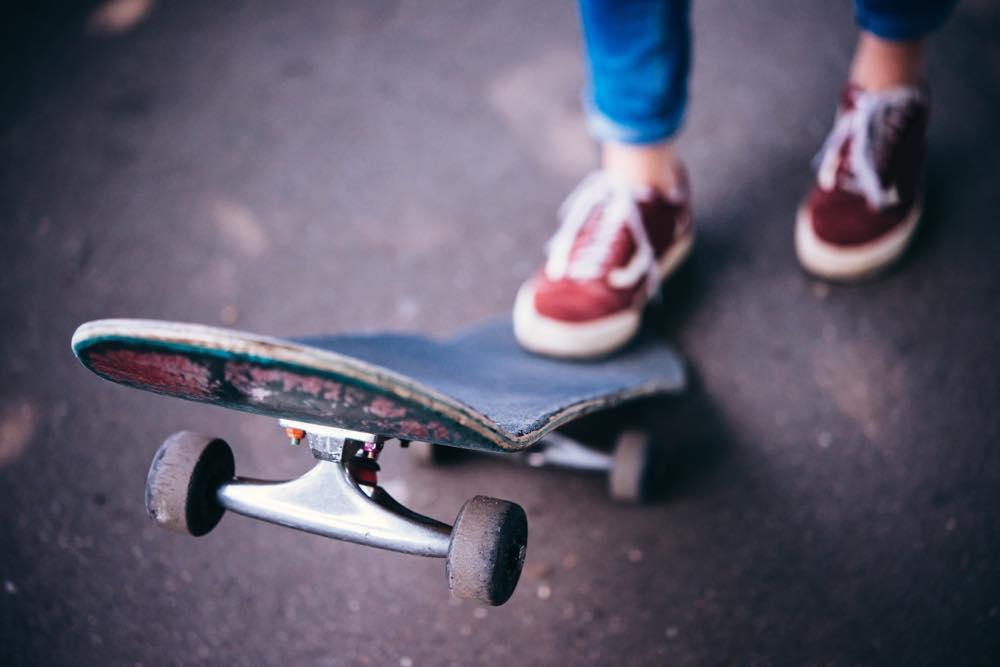 スケートボードと足元