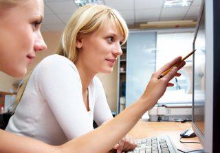 笑顔で仕事をする女性二人