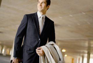 笑顔で歩く営業の男性